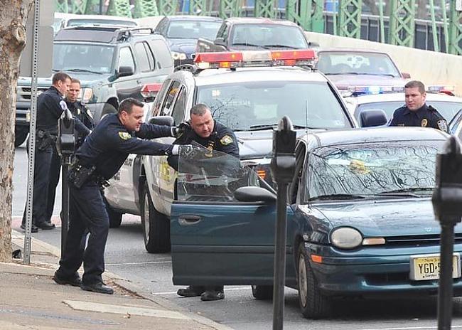 Vecākais policists lēnām... Autors: Rūteris Kā apčakarēt policistu!